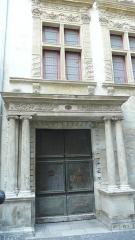 Hôtel dit le Presbytère de la la Cathédrale - Français:   Nîmes (Gard, France), au 9 rue Saint Castor, tout près de la cathédrale Notre-Dame & Saint Castor, ancien hôtel particulier racheté par la Ville en 1746 pour y loger le curé de la cathédrale, d\'où son nom actuel. Sa façade représente une formule décorative d\'inspiration Renaissance unique à Nîmes.