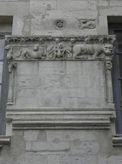 Immeuble - Français:   Détail sculpté de la Maison Romane sise 1 Rue de la Madeleine à Nîmes (30).