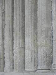 Maison Carrée - Enfilade de colonnes de la Maison Carrée de Nîmes (30).