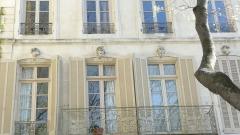 Maison - Français:   Nîmes (Gard, France), au nord du quartier historique de l'Écusson, au N°28 du boulevard Gambetta et en angle avec la rue Corconne, hôtel particulier dont le balcon en fer forgé est inscrit en tant que monument historique.