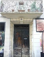 Maison - Français:   Nîmes (Gard, France), au nord du quartier historique de l'Écusson, immeuble au N°5 de la rue des Lombards, dont le balcon en fer forgé est inscrit M.H..