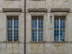Ancien palais épiscopal - English: Windows of the former bishop's palace in Nîmes, Gard, France