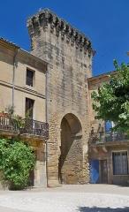 Porte de ville fortifiée - Français:   Ancienne porte fortifiée de Remoulins (30)