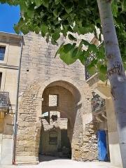 Porte de ville fortifiée - Français:   Détail de l\'ancienne porte fortifiée de Remoulins (30)