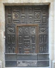 Maison - Français:   Uzès (Gard, France), au 28 rue du docteur Jean Blanchard, ancien hôtel d\'Amoreux, ayant appartenu à une famille de conseillers aux comptes, et ayant servi de villégiature d\'été à l'écrivain Jean-Jacques Brousson, porte datant de 1662.