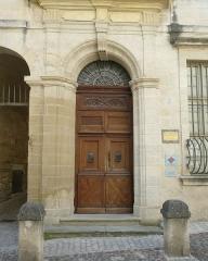 Hôtel - Français:   Uzès (Gard, France), au 2 rue Port-Royal, portail de l\'hôtel de Rosier, hôtel particulier d\'époque Louis XIV construit sur l\'emplacement dit de la \