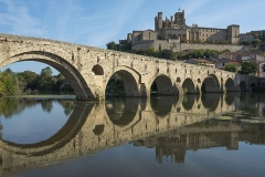 Ancienne cathédrale Saint-Nazaire et cloître Saint-Nazaire - English: Pont Vieux de Béziers (bridge) mirrored in the Orb River and Cathédrale Saint-Nazaire de Béziers. Béziers, Hérault, France
