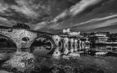 Ancienne cathédrale Saint-Nazaire et cloître Saint-Nazaire - English: Pont Vieux de Béziers (bridge) and Cathédrale Saint-Nazaire de Béziers mirrored in the Orb River after the sunset. Béziers, Hérault, France