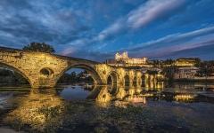 Vieux pont sur l'Orb - English: Pont Vieux de Béziers (bridge) and Cathédrale Saint-Nazaire de Béziers mirrored in the Orb River after the sunset. Béziers, Hérault, France