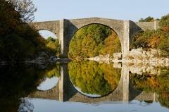 Pont de Saint-Etienne d'Issensac - Français:   Pont de Saint-Étienne d\'Issensac vue coté amont