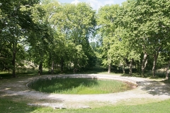 Domaine de Castries -  The water mirror pond toward which converge the paths of the park is overgrown.