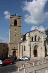 Eglise Saint-Jacques - Français:   Clocher de l\'église Saint-Jacques de Fabrègues (Hérault) - Vu de devant