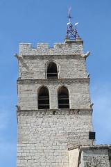 Eglise Saint-Paul - Frontignan (Hérault) - Église Saint-Paul - détail du clocher. Remarquer à la hauteur du toit la trace de la porte primitive qui permettait d'entrer dans le donjon.