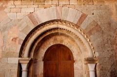 Ancienne abbaye Saint-Pierre de Lunas - France - Languedoc - Hérault - Joncels - Abbaye - Portail de l'ancienne salle capitulaire, sur le côté Est du cloître