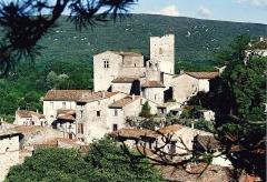 Château - Français:   Laroque - Vue du château, de la chapelle Saint-Jean et du village médiéval.