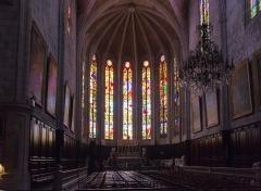 Ancienne cathédrale, actuelle église paroissiale Saint-Fulcran -  Choir stalls, polygonal apse of the 13th century. Stained windows lancets by Mauvernay (19th century).