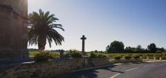 Eglise Sainte-Cécile - Français:   La croix devant l\'Église Sainte-Cécile de Loupian. Loupian, Hérault, France.