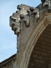 Eglise Saint-André - English: Montagnac. Church of Saint-Andrew (Saint-André). Main portal. Remaining corbels of the fortification system.