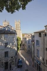Cathédrale Saint-Pierre - La rue Saint-Pierre et une partie de la Cathédrale Saint-Pierre de Montpellier. Montpellier, Hérault, France