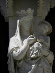 Cathédrale Saint-Pierre - Croisillon droit de la cathédrale Saint-Pierre de Montpellier (34). Détail de la Vierge à l'Enfant du trumeau du portail.