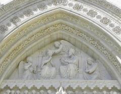 Cathédrale Saint-Pierre - Croisillon droit de la cathédrale Saint-Pierre de Montpellier (34). Détail du tympan du portail. Le couronnement de la Vierge.