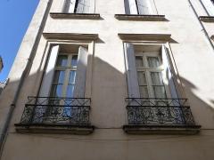 Hôtel de Fizes - Català: Finestres esquerra i central a la façana exterior de l'Hôtel de Fizes (Montpeller)