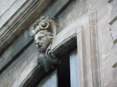 Hôtel de Joubert - Català:   Escultura a la façana lateral interior dreta de l\'Hôtel de Joubert