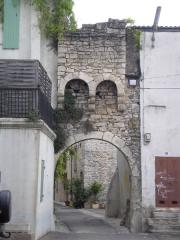 Ancienne enceinte -  Prades le Lez: Ancienne porte Nord ouvrant sur la rue du Vieux Prades