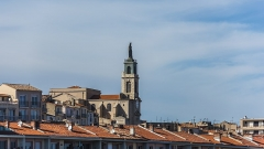 Eglise décanale Saint-Louis - English: The Church Saint-Louis and the roofs of the buidings at the Quai de la Consigne (embankment), in the harbour of Sète, Hérault, France