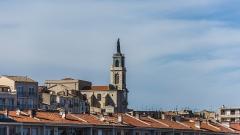Eglise décanale Saint-Louis - English: The Church Saint-Louis and the roofs of the buidings at the Quai de la Consigne (embankment), in the harbour of Sète, Hérault, France