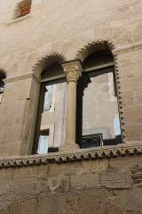 Hôtel des Monnaies - Français:   Villemagne-l\'Argentière (Hérault) - Maison des Monnaies - fenêtre 2 b (fenêtre géminée de gauche, restaurée)
