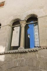 Hôtel des Monnaies - Français:   Villemagne-l\'Argentière (Hérault) - Maison des Monnaies - fenêtre reconstituée, à la place de deux ouvertures.