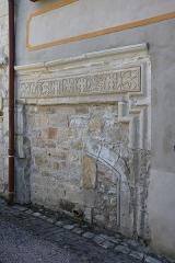Hôtel des Monnaies - Français:   Villemagne-l\'Argentière (Hérault) - linteau de la Maison des Monnaies (art roman), après restauration.