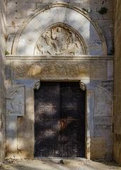 Ensemble historique et archéologique de la cité épiscopale et canoniale de Maguelone - English: Western portal of Maguelone Cathedral (XIIthc.). On  the stone lintel are engraved signature Bernard de Trevius and the date MCLXXVIII (1178). Villeneuve-lès-Maguelone, Hérault, France.