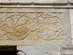 Ensemble historique et archéologique de la cité épiscopale et canoniale de Maguelone - Détail du portail occidental de la cathédrale Saint-Pierre-et-Saint-Paul de Maguelone (34).
