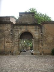 Ancienne cité manufacturière de Villeneuvette - Català: Portal de la Manufactura de la Fatura (Llenguadoc-Rosselló)