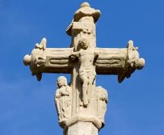 Croix - Français:   Le christ entre la Vierge et saint Jean