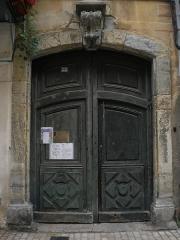 Immeuble - Français:   Porte immeuble 25 Rue basse, portail du XVIIIe siècle. AVAP de Mende, diagnostic février 2016,p57