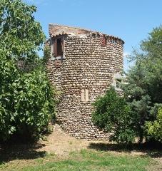Hameau du Taxo d'Avall - Deutsch: Turm des Taxo d'Avall, ehem. befestigtes Dorf aus dem 11. Jh., Argelès, Frankreich (Ansicht von S).