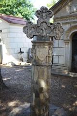 Croix de cimetière - Cette Croix de cimetière est située dans le cimetière du centre-village de collioure, à droite en entrant, elle est en pierre (16ème siècle). Classée Monument Historique en 1912. Collioure, Pyrénées-Orientales, France.