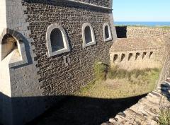 Fort carré et tour de l'Etoile - Deutsch: Befestigungsgraben um das Fort Carré, Collioure, Frankreich (Ansicht von S)