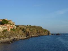 Fort carré et tour de l'Etoile - Français:   Falaises au nord de Collioure vues depuis la chapelle Saint-Vincent. Fort carré en arrière plan, (Pyrénées-Orientales, France)