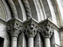 Eglise Sainte-Marie - Français:   Église Sainte-Marie de Corneilla-de-Conflent (66). Chapiteaux droits du portail occidental.