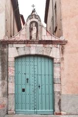 Ancien hospice Saint-Jacques - Français:   Portail attenant à l\'aile ouest, hospice Saint-Jacques, Ille-sur-Têt, Pyrénées-Orientales