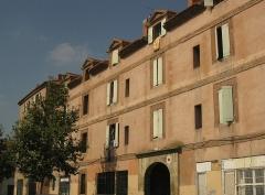 Caserne Saint-Jacques - Català: Caserna de Sant Jaume (Perpinyà), part central de la façana de la plaça del Puig, on hi ha l'entrada al recinte