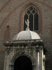 Cathédrale Saint-Jean-Baptiste - Català: Catedral de Perpinyà, detall de la façana, amb el porxo gòtic, l'estàtua de Sant Joan i el gran finestral amb vitrall