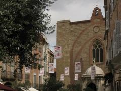 Cathédrale Saint-Jean-Baptiste - Català: Catedral de Perpinyà, detall de la façana des de la plaça Gambetta, amb cartells commemoratius del certamen de fotoperiodisme Visa pour l'Image