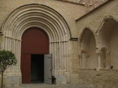 Ancien couvent des Frères Prêcheurs - Català: Església de Sant Domènec (Perpinyà), portal sud i restes de l'antic claustre funerari de marbre blanc del segle XIV