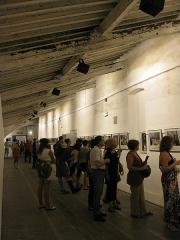 Ancien couvent des Minimes - Català: Convent dels Mínims (Perpinyà), la galeria superior del claustre durant la celebració del certamen de fotoperiodisme Visa pour l'Image
