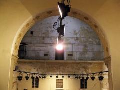 Ancien couvent Sainte-Claire - Català: Convent de Santa Clara (Perpinyà), interior de l'antiga església, convertida durant la Revolució en presó; a dalt s'aprecia la galeria amb les cel·les